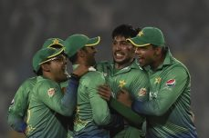 Malik, Akmal steer Pakistan home