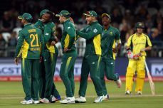 South Africa overcomes Warner epic to sweep series - Cricket News