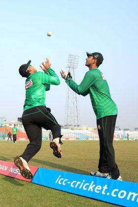 Bangladesh players attempt a catch.