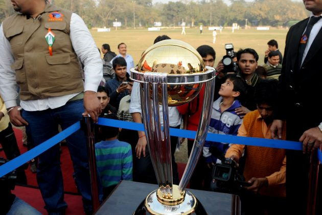 Emirates shares ICC CWC 2011 trophy with Dubai's street players