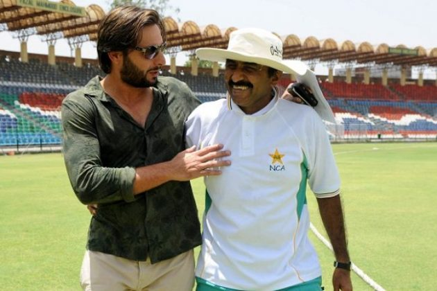 Miandad lends experience to Pakistan batsmen - Cricket News