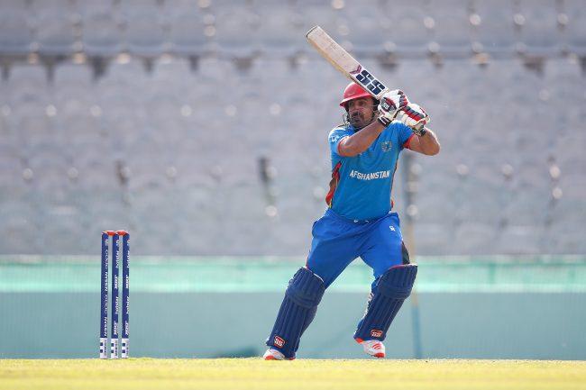 Samiullah Shenwari cuts a short ball